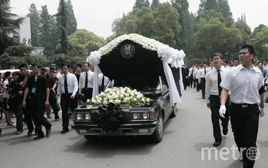 В Китае начали уничтожать гробы и запрещать похороны. Фото Getty