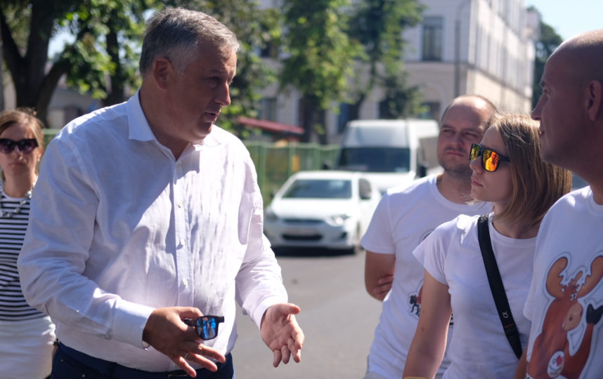 """Губернатор Ленобласти провел экскурсию для блогеров и журналистов - он поддерживает проект """"Открывая Ленобласть"""". Фото """"Metro"""""""