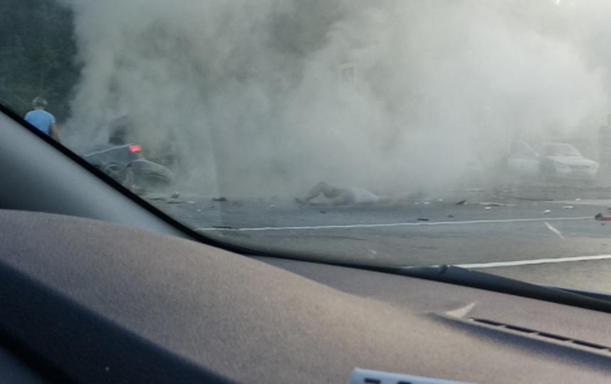 """На трассе """"Скандинавия"""" ДТП на четверых привело к пожару: пострадала беременная женщина. Фото vk.com/spb_today"""