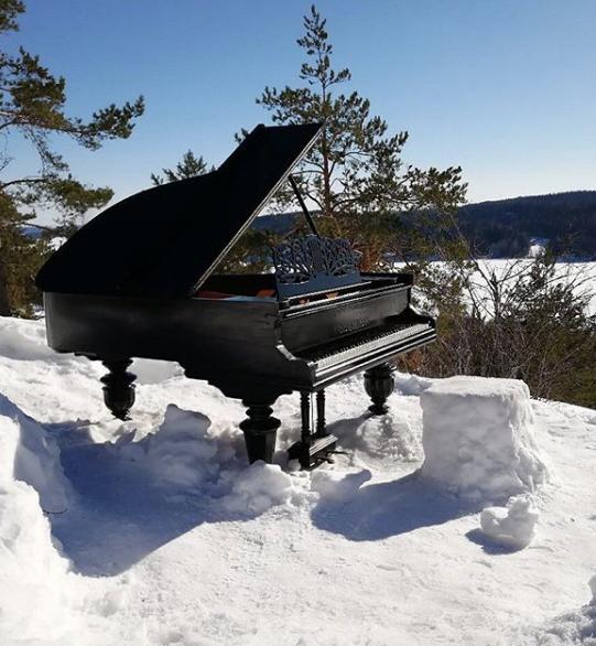 """Акция """"Рояль на горе"""". Фото аккаунт в Instagram.com"""