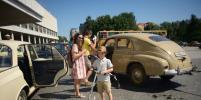 Десятки ретроавтомобилей попали в приятную «пробку»