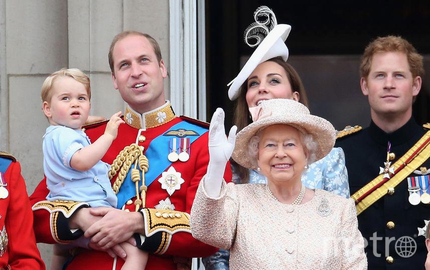 Принц Джордж с мамой Кейт Миддлтон, папой принцем Уильямом, дядей принцем Гарри и прабабушкой Елизаветой II. Фото Getty