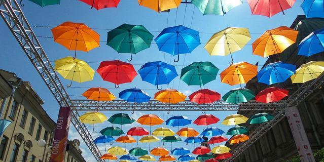 Аллея парящих зонтиков.