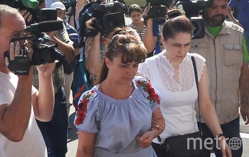 Справа – мать сестёр, обвиняемых в убийстве своего отца, подходит к Останкинскому суду Москвы, где будет избрана мера пресечения обвиняемым. Фото РИА Новости
