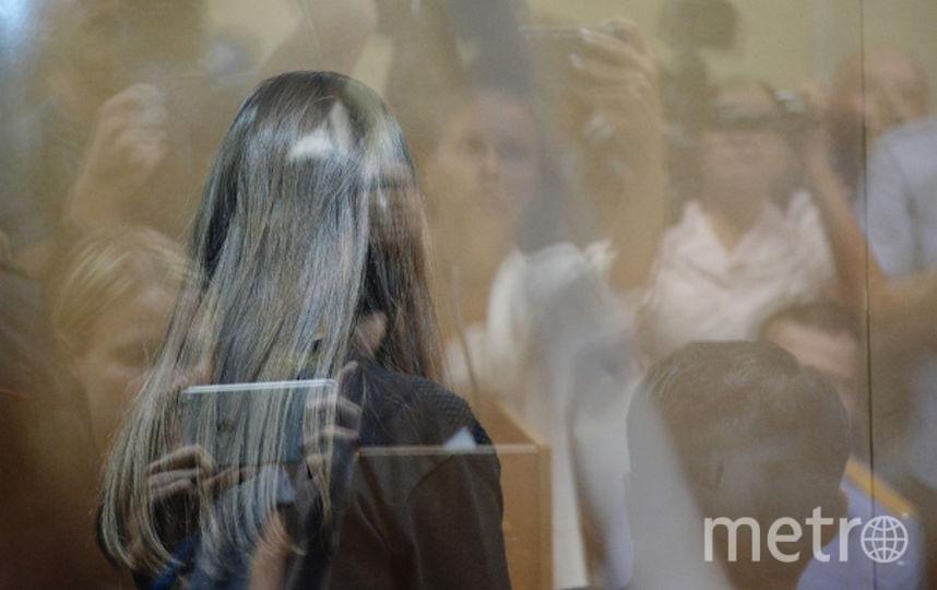 Одна из сестёр, обвиняемых в убийстве своего отца, в зале Останкинского суда Москвы во время избрания меры пресечения. Фото РИА Новости