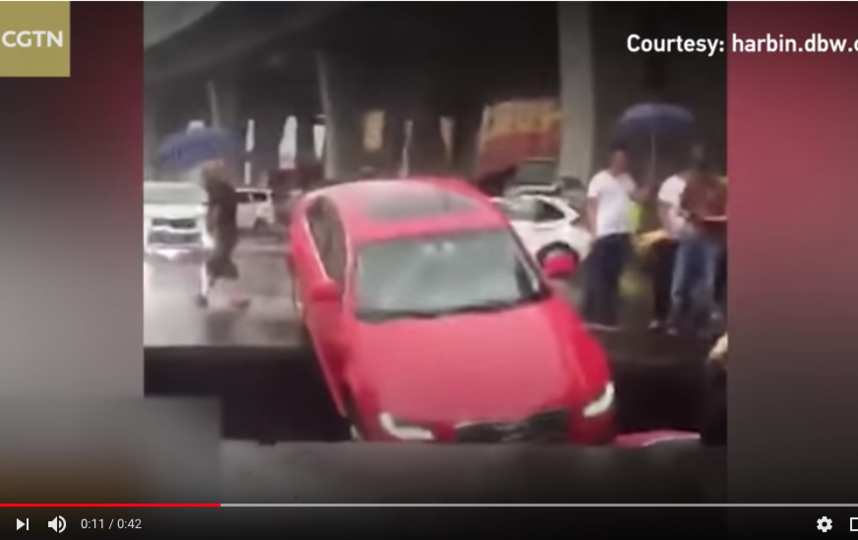 Авто провалились в яму, размытую дождями. Фото скрин-шот, Скриншот Youtube