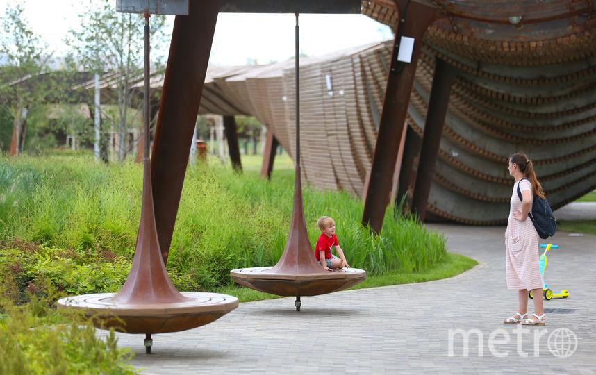В перголе в виде конвейера спрятаны павильоны, в которых со временем откроются кафе. Фото Василий Кузьмичёнок