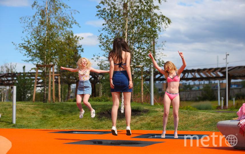Подружки прыгают на батутах с водой в парке «Тюфелева роща» перед тем, как пойти плавать в здешнем «бассейне». Фото Василий Кузьмичёнок