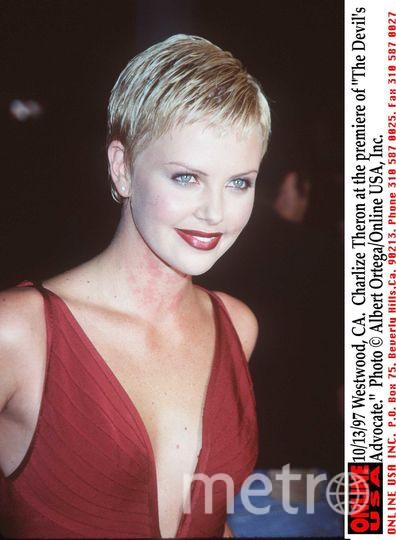 "Шарлиз Терон на премьере ""Адвоката дьявола"". 1998 год. 23 года. Фото Getty"