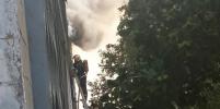 Очевидцы: из горящего дома на Коллонтай в Петербурге вынесли мужчину