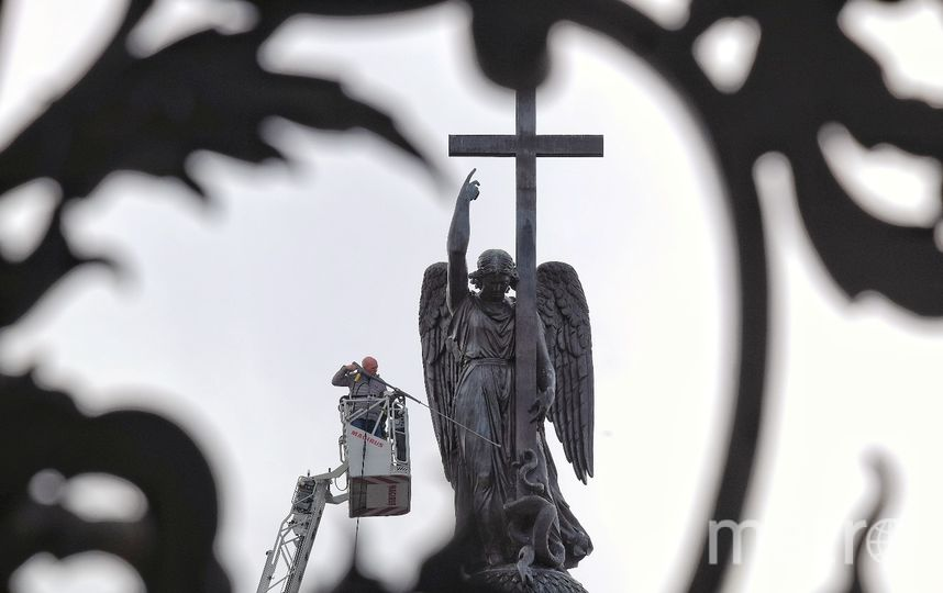 """Помывка скупльуры ангела на Дворцовой площади. Фото Алена Бобрович, """"Metro"""""""
