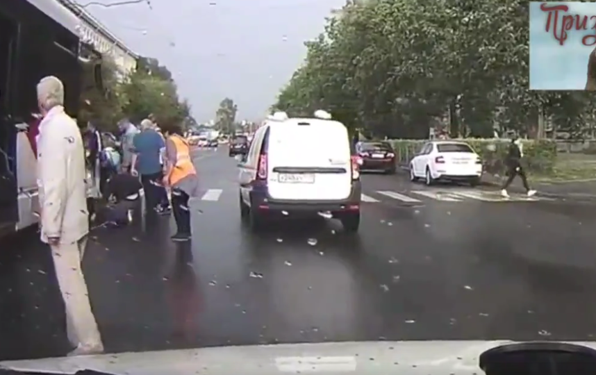 В Петербурге парень хотел успеть на трамвай, но попал под него. Фото скриншот видео vk.com/spb_today