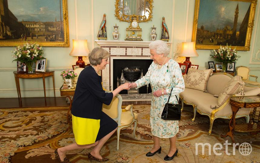 Премьер-министр Великобритании Тереза Мэй приветствует королеву Елизавету II. Фото Getty
