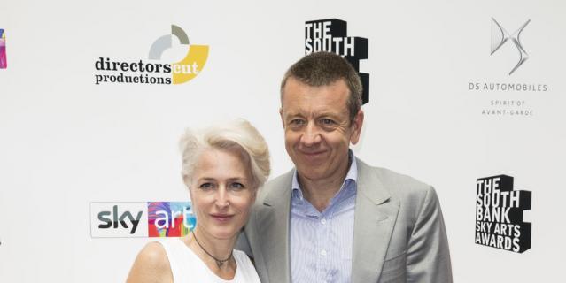 Джиллиан Андерсон и британский сценарист Питер Морган 1 июля 2018 года.