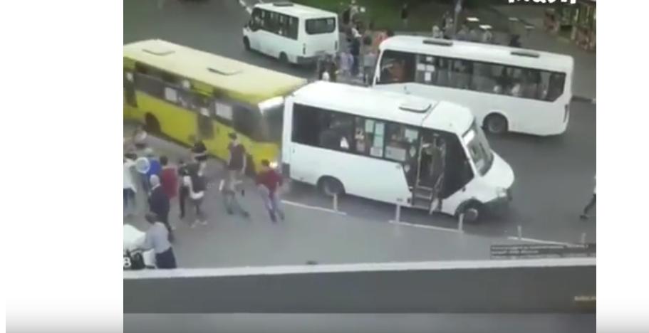 Автобус врезался в людей в Мытищах. Фото скрин-шот, Скриншот Youtube