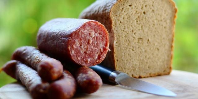 По мнению Милонова, продукт с содержанием мяса менее 50% не может называться колбасой.