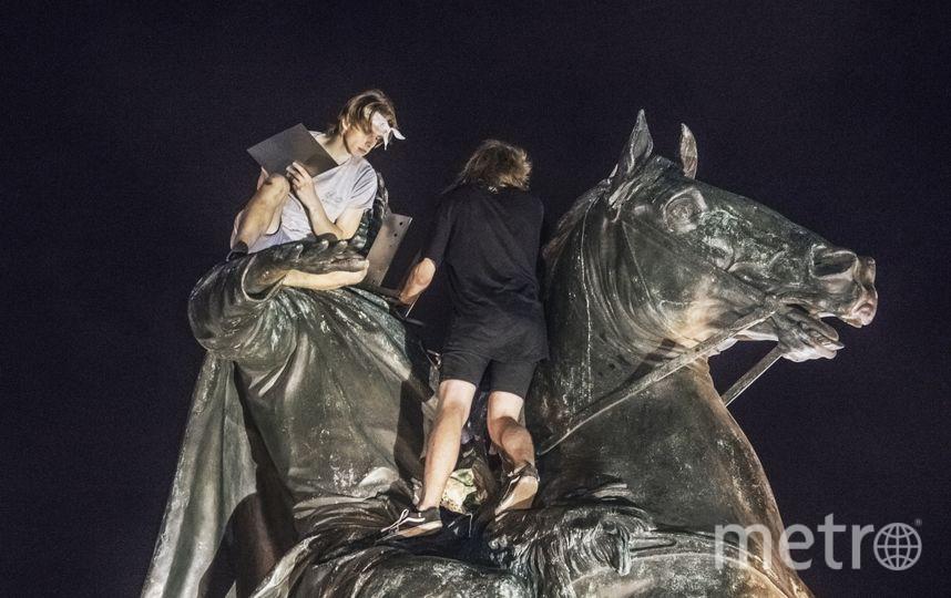 Вандалы пытались разжечь мангал на вершине Медного всадника. Фото Александра Бенцман