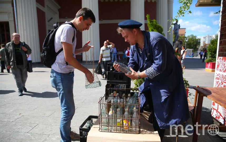 У станции метро «Краснопресненская» можно сдать бутылки, получив за них советские деньги. Фото Василий Кузьмичёнок