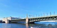 Девушке не дали прыгнуть с Троицкого моста в Петербурге