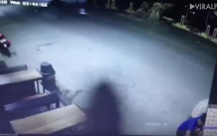 Призрак, разгуливавший по оживлённой дороге, держит в страхе филиппинцев. Фото Скриншот Youtube