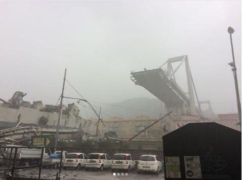 Мост, обвалившийся в итальянской Генуе. Фото Instagram.com/vigilidelfuoco_page