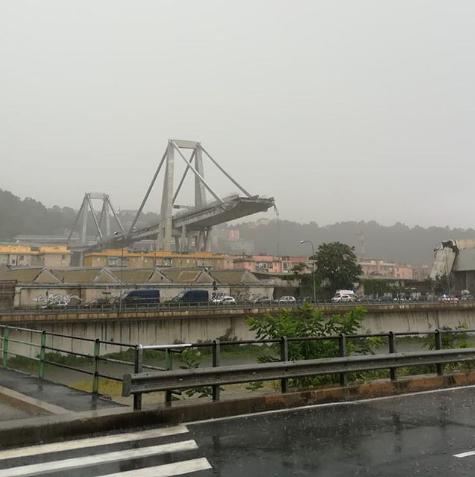 Мост, обвалившийся в итальянской Генуе. Фото Instagram.com/onorizz