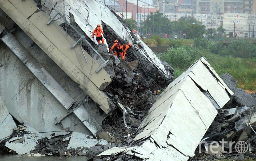Обрушение моста в Генуе. Фото AFP