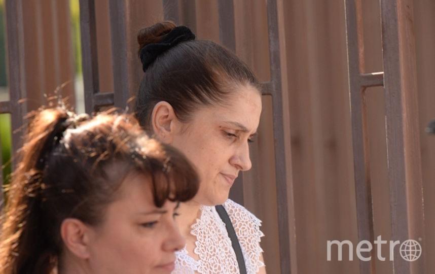 Справа - мать девочек. Фото РИА Новости
