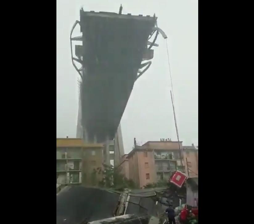 Число жертв в Генуе в результате падения моста возросло. Фото скриншот видео twitter.com/cclerici