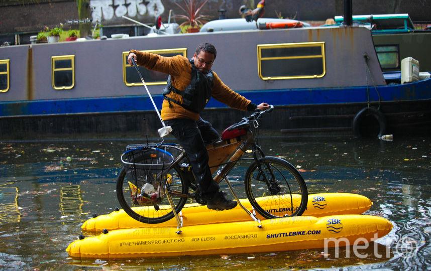 Бизнесмен собирает мусор из реки на плавучем велосипеде. Фото Предоставлено организаторами