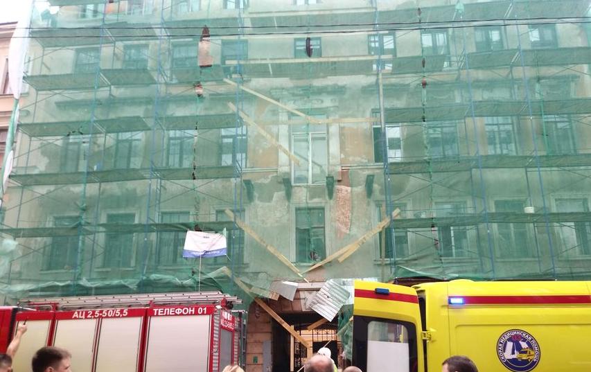 В Петербурге скончался рабочий, упавший со строительных лесов