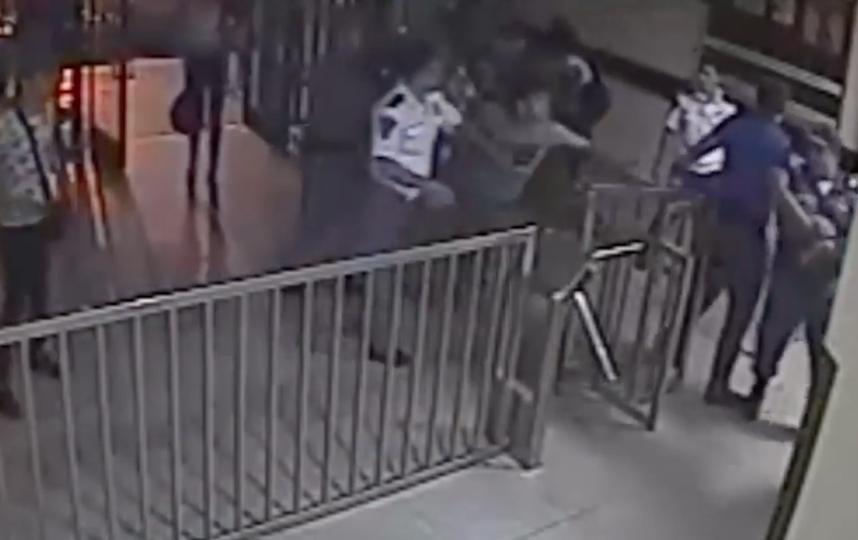 Мужчины в женской одежде пытаются ворваться в отделение полиции. Фото Скриншот Youtube