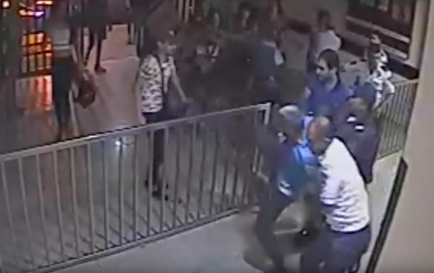 Мужчины в женской одежде атакуют отделение полиции. Фото Скриншот Youtube
