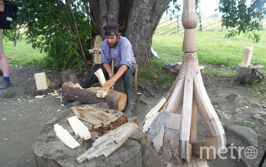 """Мастер строает лемех. Фото Анны Лутченковой, """"Metro"""""""