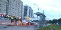 Porsche снес столб рядом с автобусной остановкой в Петербурге