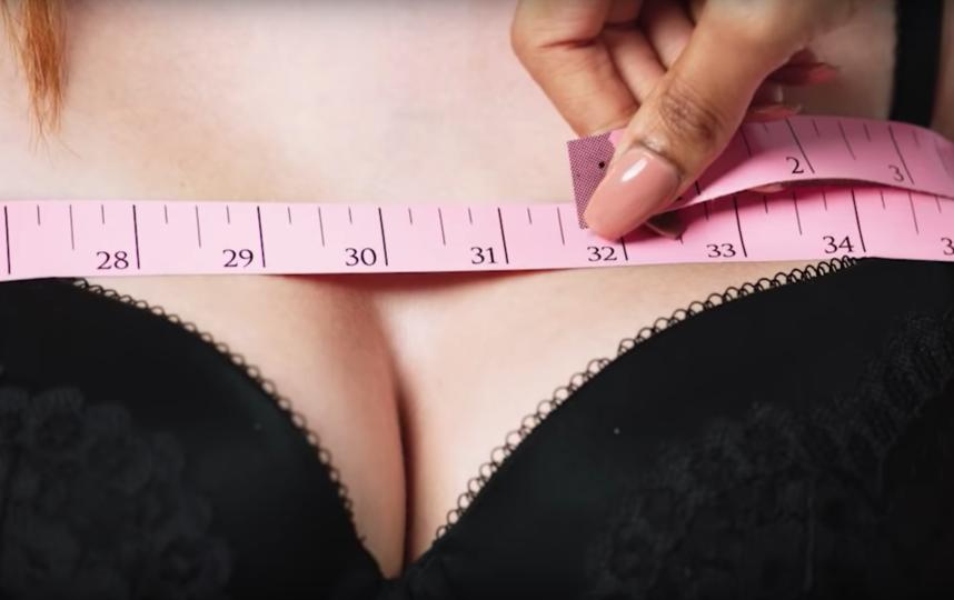 Моделям Victoria's Secret подбирают бюстгалтер. Фото Скриншот Youtube