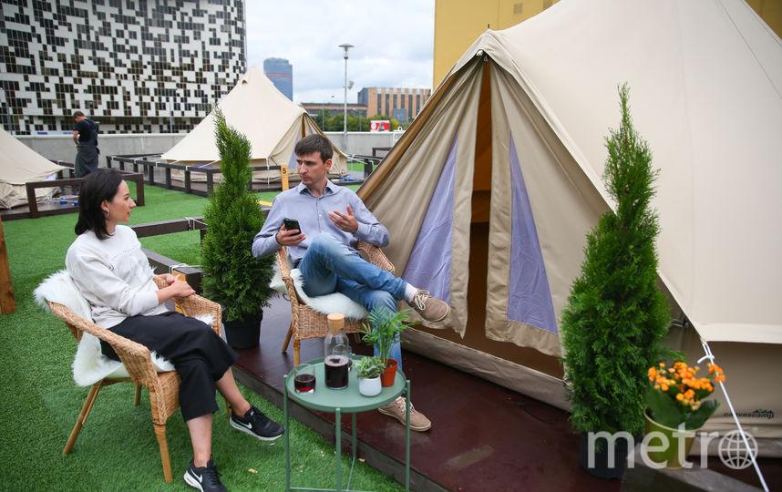 Репортёр Metro у палатки на крыше торгового центра. Фото Василий Кузьмичёнок