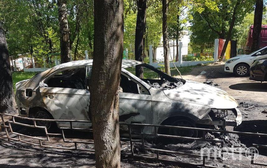 Сгоревшие машины до сих пор стоят во дворе. Фото предоставлено Алексеем Спиридоновым