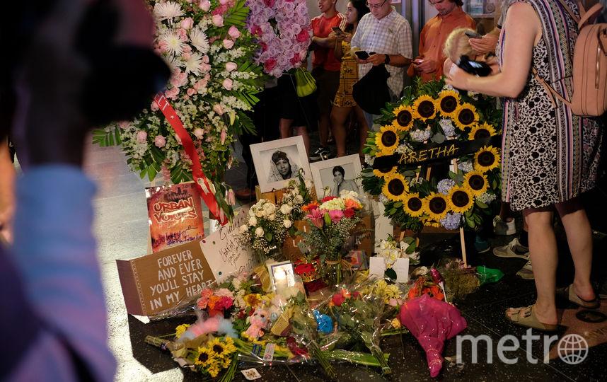 К звезде Ареты Франклин на Аллее славы в Лос-Анджелесе несут цветы , мягкие игрушки и футболки с портретом Франклин. Фото AFP
