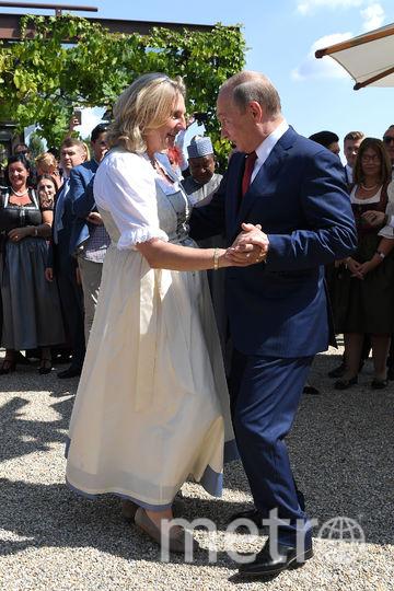 Владимир Путин танцует с главой МИД Австрии Карин Кнайсль. Фото AFP