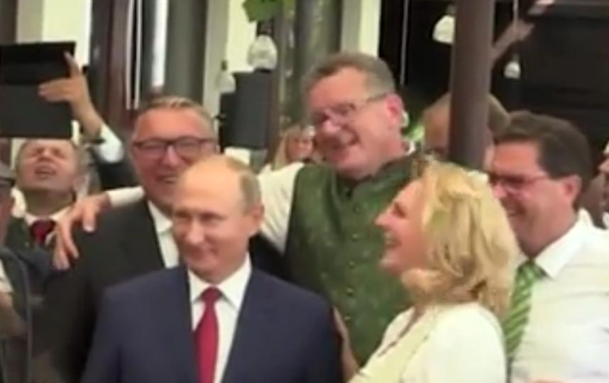 Владимир Путин станцевал на свадьбе в Австрии и поздравил молодоженов. Фото скриншот видео www.ren.tv