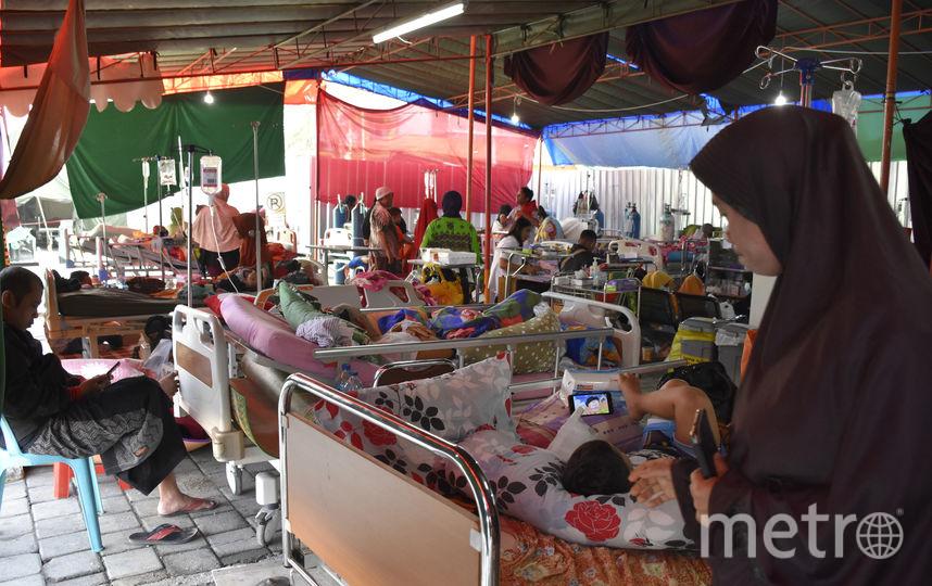 Сильные землетрясения потрясли Индонезию. На фото: временный госпиталь для пострадавших, сооружённый в тенте. Фото AFP