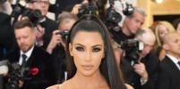 Ким Кардашьян в латексном зеленом платье приехала на свадьбу