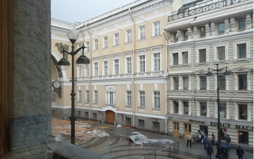 В Петербурге обрушились строительные леса. Фото vk.com/spb_today