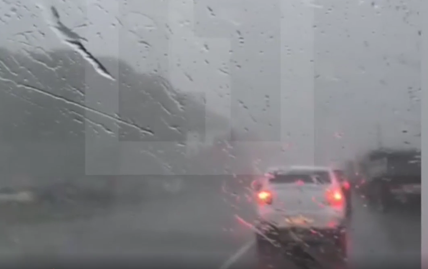 В Туле крыша перелетела через проезжую часть и приземлилась на 21 авто. Фото скриншот видео https://life.ru/