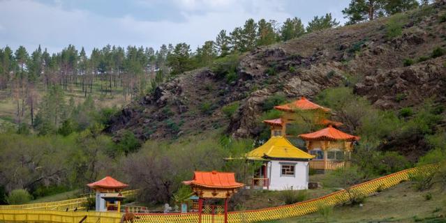 Территорию вокруг священной скалы благоустроили и построили небольшой буддийский храм.