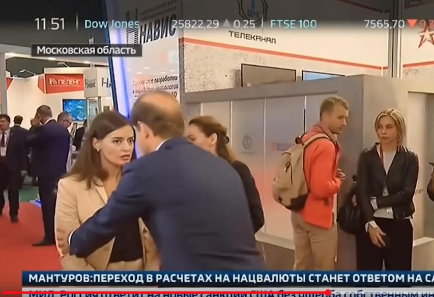 Девушке стало плохо во время интервью с Мантуровым. Фото Скриншот Youtube