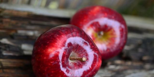 Воск может удерживать в плодах пестициды, но сам по себе он не опасен, так как легко смывается водой.