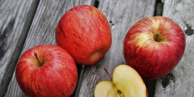 Коричневый налет на срезе появляется вовсе не благодаря железу, а из-за антиоксидантов, которые защищают фрукт от повреждений.