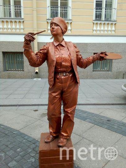 Диана работала в центре города «живой статуей».